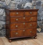 50-09 - A fine Walnut Chest of drawers