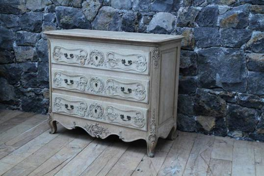 87-79 - French Country Commode