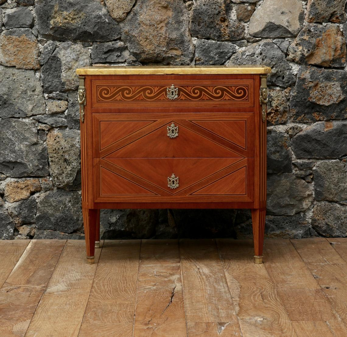102-67 - Small Transitional Commode
