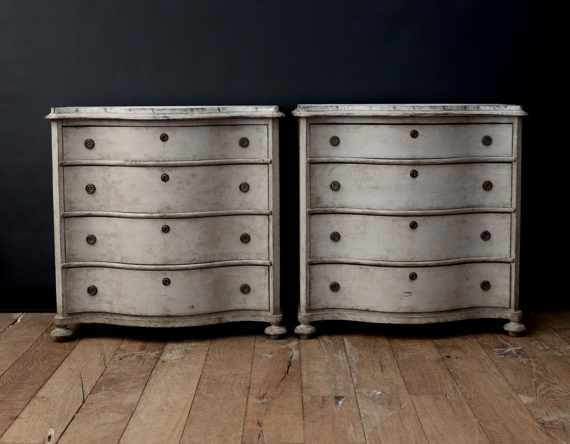 106-86 - Stunning Pair of Serpentine-Fronted Gustavian Commodes
